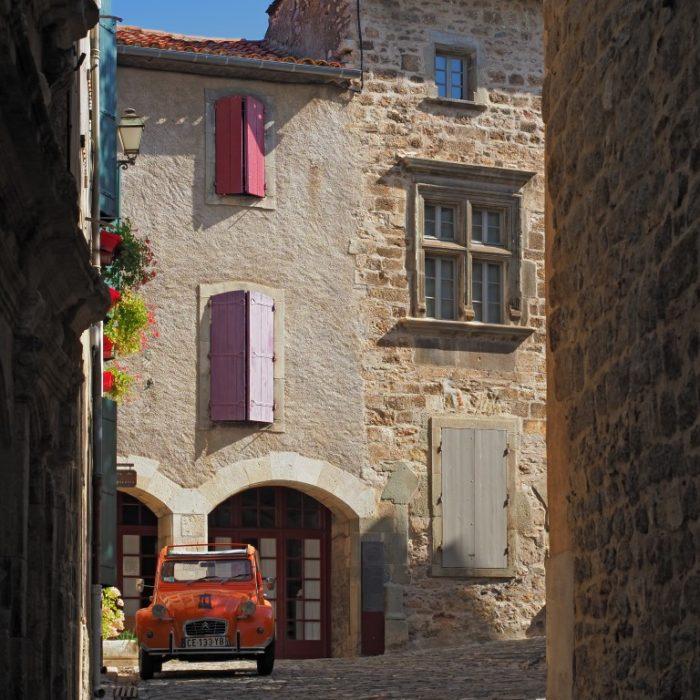2cv, rue du Château dans le village de Caunes