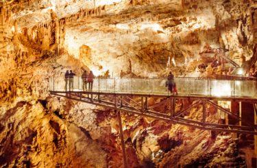 Insolite dans l'aude - la passerelle de verre dans le gouffre geant de Cabrespine près de Carcassonne
